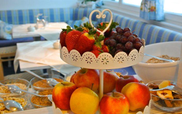 Reichhaltiges Frühstücksbuffet mit frischem Obst
